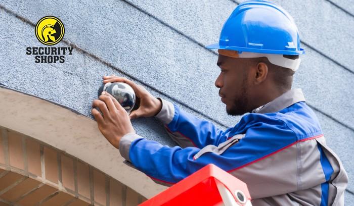 Empleado instalando cámaras de seguridad