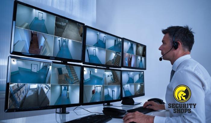 Guarda de seguridad vigilando pantallas